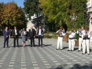 Festivalul a început în faţa Primăriei Fălticeni, unde o parte din fanfarele participante au prezentat câte un mic spectacol