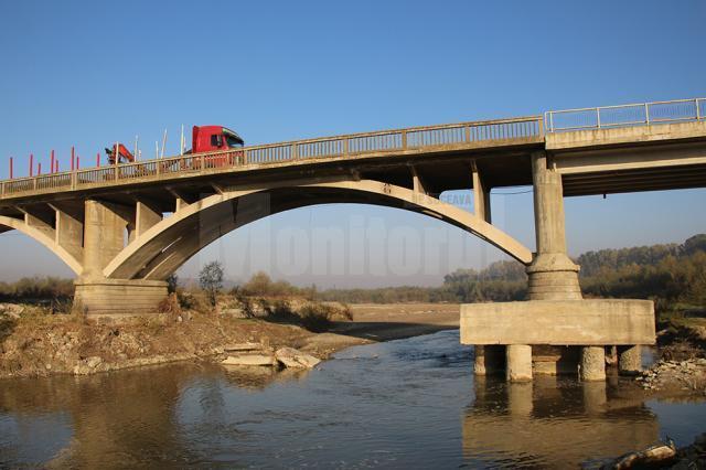 Oamenii se plâng că circulaţia mașinilor grele pe pod îi vor scurta viața