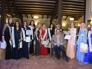 Gheorghe Șerban, directorul Școlii Postliceale de stat, alături de laureatele concursului de Miss