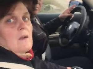 O persoană care a aruncat pe geamul maşinii nişte gunoaie, iar acestea i-au fost returnate de Solo Gheorghe
