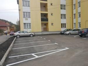 Primăria Câmpulung Moldovenesc a amenajat locuri de parcare noi în mai multe cartiere din municipiu