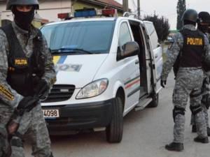 Poliţiştii de la Serviciul de Acţiuni Speciale au intrat în pod pentru a-l reține pe cuțitar