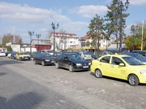 Taximetriştii nu mai au dreptul de a revendica vreun loc din parcarea gării