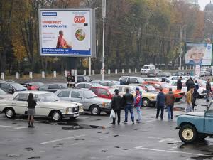 Peste 30 de autoturisme de epocă au fost expuse duminică, 21 octombrie, în parcarea din centrul municipiului Rădăuţi