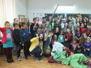 """Spectacol pus în scenă de voluntari, la Colegiul Naţional """"Dragoş Vodă"""""""