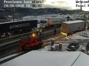 DN 17, pe Mestecăniș, blocat de un autocar care nu a mai putut înainta  ( www.webcamromania.ro )