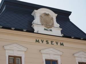 """Expoziţia de pictură """"Omul - semn şi expresie"""", a artistei Zamfira Bîrzu, la Muzeul Bucovinei"""