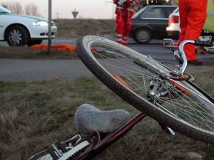 Poliţiştii vor să stabilească dacă biciclistul a căzut singur de pe vehiculul cu două roţi sau a fost acroşat de un autoturism
