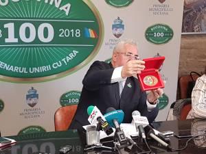 """Prima medalie """"Centenar"""", oferită astăzi de primarul Sucevei, președintelui României"""