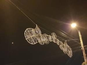 Noi instalații luminoase, montate pe bulevardul principal al Sucevei