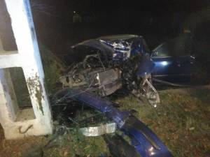 Mașina a intrat violent în stâlp