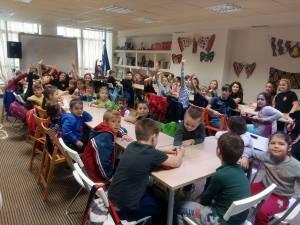 Copiii români din Atena au primit peste 260 de manuale şcolare de la Consiliul Judeţean Suceava