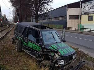 Mașina de teren pe care minorul a furat-o și s-a răsturnat cu ea pe calea ferată Foto: Adi Dranca