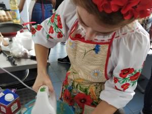 """Studenții străini de la Facultatea de Științe Economice și Administrație Publică au gătit preparate tradiţionale, în cadrul manifestării """"Gusturi și arome"""""""