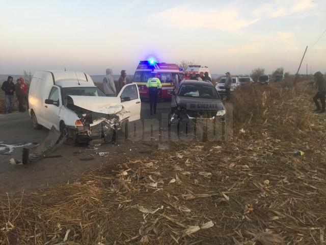 Cele două maşini implicate în accident, ambele cu avarii în partea din față