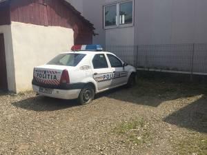 Maşina de poliţie cu cauciucurile tăiate de unul dintre minori
