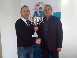 Ciprian Anton şi Vasile Florea prezintă trofeul pus în joc în campionatul Under 15