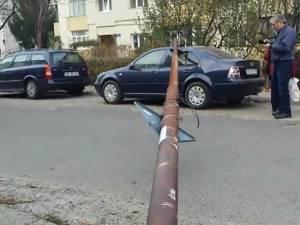 Mașina avariată de stâlp