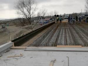 Lucrări la armarea ultimului segment pe care se va turna strat de beton