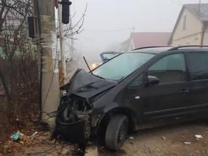 Autoturismul Seat a fost grav avariat, după ce a intrat în stâlpul din beton