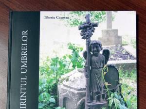 """Albumul """"Prin labirintul umbrelor"""" de Tiberiu Cosovan, lansat la Biblioteca Bucovinei """"I. G. Sbiera"""""""