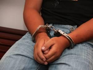 A ajuns în arest după ce şi-a agresat un vecin şi pe mama acestuia