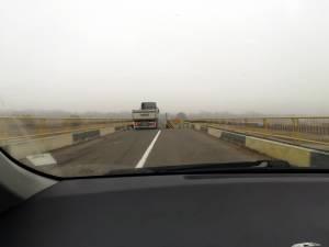 Vehicul greu surprins ieri pe podul de peste apa Sucevei dintre Verești și Udești