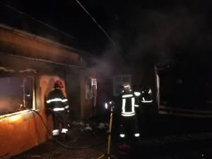 Din primele cercetări rezultă că focul a izbucnit de la sobă, probabil în urma unei căderi de jar