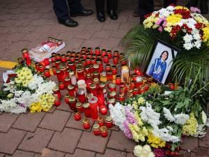 Altar de flori și lumânări la locul tragediei