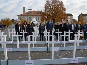 Delegaţia de la Putna în piaţa unde au fost ridicate sute de cruci din lemn