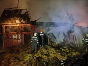 Pompierii s-au chinui cinci ore să stingă incendiul