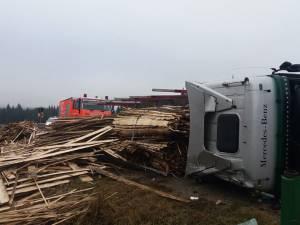 Un tir cu material lemnos s-a răsturnat în pasul Tihuţa