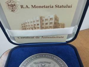 """Consilierii judeţeni au primit medalia """"Bucovina 100"""""""