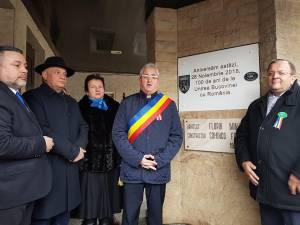 Dezvelirea plăcii aniversare care marchează împlinirea a 100 de ani de la Unirea Bucovinei cu România