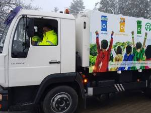 Mașini de gunoi inscripționate special vor ridica separat deșeurile reciclabile