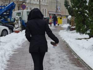La primele ore ale dimineţii, trotuarele din Suceava erau ca oglinda, din cauza poleiului