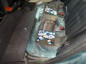 În pereţii laterali, în portiere şi sub bancheta din spate au fost descoperite 1.760 de pachete cu ţigări de provenienţă ucraineană