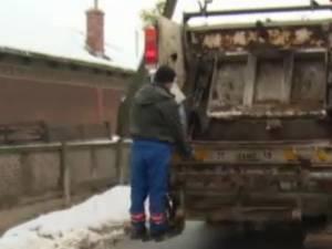 Angajat la salubritate, accidentat de o autoutilitară FOTO stirileprotv.ro