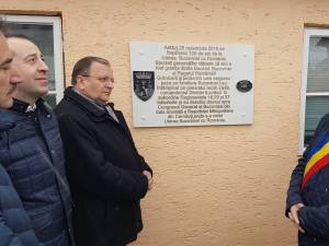 Placă aniversară, amplasată la fosta graniţă dintre Bucovina şi România