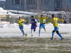 Eduard Julei, aici înconjurat de trei adversari, a marcat golul victoriei pentru Somuz în duelul cu CSM Râmnicu Sărat. Foto Codrin Anton