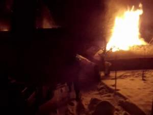 Incendiul violent a distrus locuinţa şi a lăsat fără adăpost o familie sărmană cu doi copii