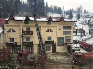 Incendiul a izbucnit sub acoperiş și a fost localizat la timp de pompieri