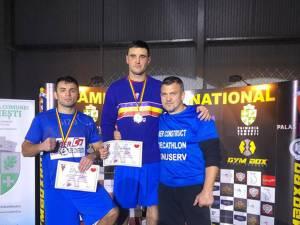 Antrenorul Andu Vornicu, alături de cei doi elevi ai săi, medaliaţi la Naţionale