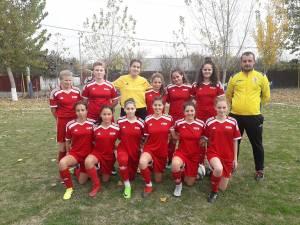 Antrenorul Marcel Irimie alături de fetele cu care va participa la Campionatul Naţional de futsal