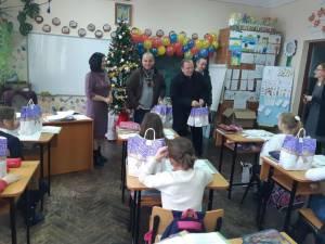 Dănuț Chidoveț și Gheorghe Flutur au împărţit cadouri de Moș Nicolae elevilor și preşcolarilor din Dărmănești