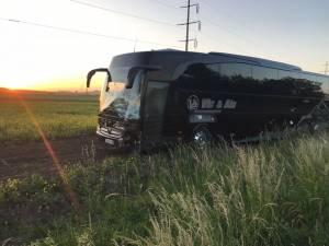 Şoferul autocarului ucrainean nu a păstrat distanţa regulamentară şi a lovit în spate autoturismul Opel pe care l-a proiectat pe contrasens, într-un tir