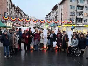 Lumânări aprinse în memoria victimelor supuse violenței domestice, în centrul Sucevei, pe 10 decembrie