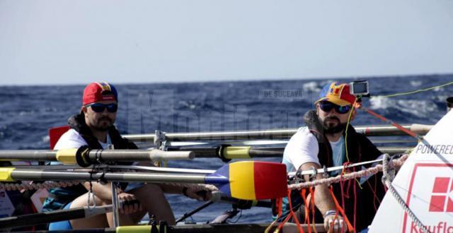 Vasile Oșean în barca cu vâsle cu care a reuşit să traverseze Oceanul Atlantic