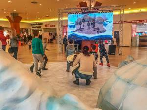 Personaje virtuale proiectate pe un ecran gigant, la Iulius Mall