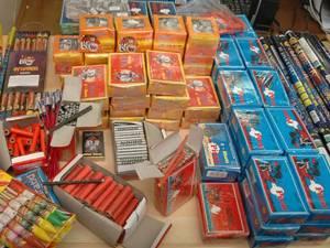 600 de petarde confiscate în urma unei percheziţii, în cadrul unei anchete demarate de poliţişti